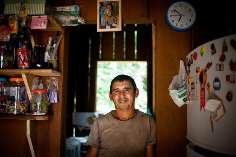 O pescador Tatá em uma das duas casas que construiu com a renda da pesca. A vida em fartura pode ser substituída pela vida de cesta básica.