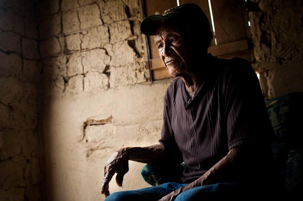 Bernardino Silva Azevedo, 85 anos, viveu todos os ciclos econômicos da Amazônia no último século. Ele vai ser retirado da vila onde nasceu para viver na cidade.