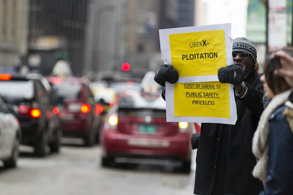 Manifestante protesta contra a Uber em Chicago (Foto: Scott L./Creative Commons)