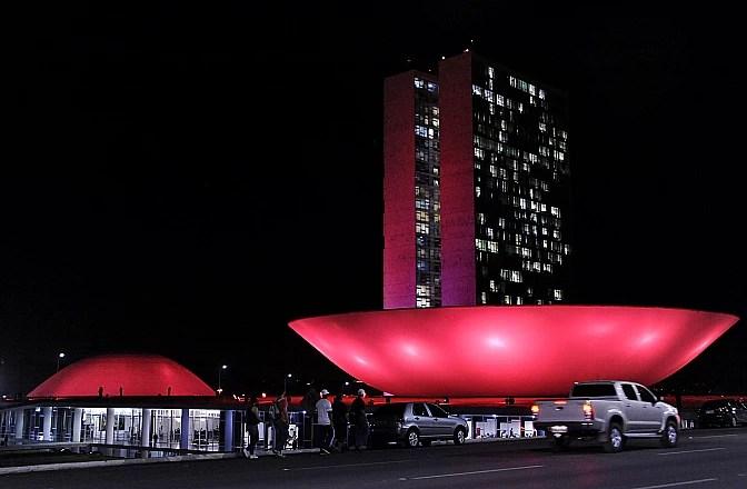O Congresso Nacional, com a fachada iluminada em homenagem ao Outubro Rosa.