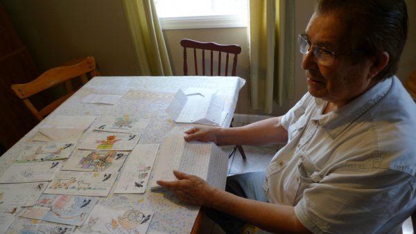 Indalecio Garay lê as cartas de seu filho Nestor, que cumpriu pena na Penitenciária de Big Spring. Nestor costumava enviar à família envelopes coloridos e desenhados à mão (Foto: Stan Alcorn/Reveal)