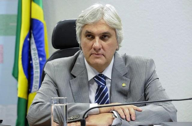 O senador Delcídio do Amaral (PT-MS) durante audiência sobre políticas públicas para a indústria nacional de aeronaves, em junho de 2012