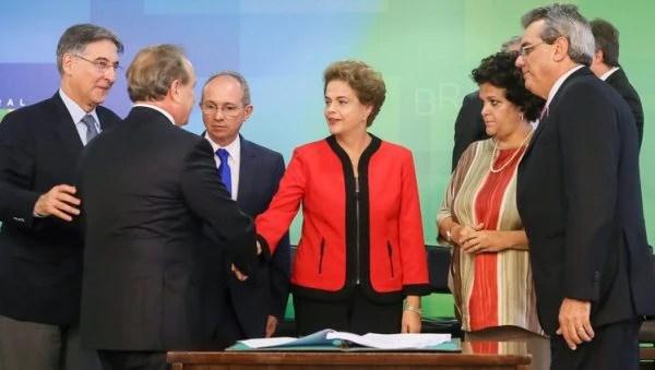 Dilma cumprimenta o Presidente da Vale, Murilo Ferreira, na assinatura de Termo de Ajustamento de Conduta entre a União, os estados de Minas Gerais e do Espírito Santo e mineradoras no Palácio do Planalto