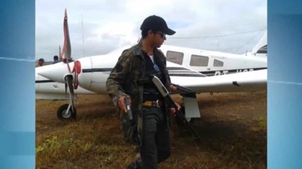 Cowboy posa para foto à frente de avião. Segundo depoimentos, a aeronave pertence aos fazendeiros do Complexo (Reprodução TV Record Redenção)