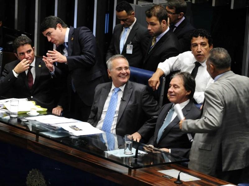 O presidente do Senado, Renan Calheiros (PMDB-AL) e o senador Eunício Oliveira (PMDB-CE), relator da PEC 55, durante sessão no plenário