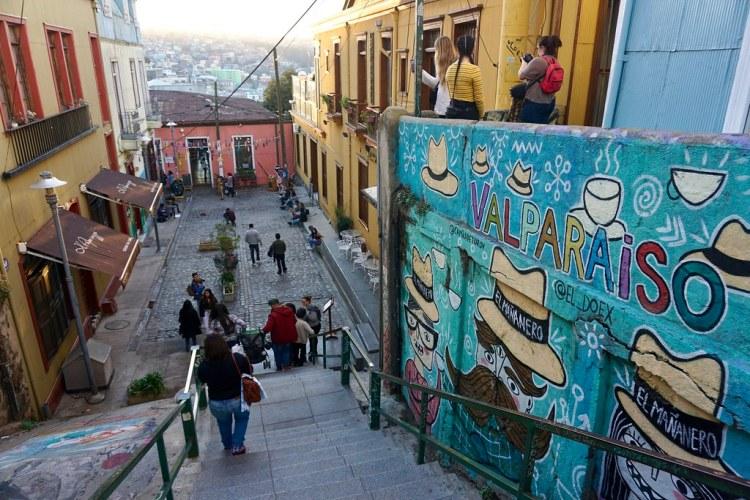Calle Papudo. Mural de Camila de Toro y Sergio Palominos para Café El Mañanero. Cerro Concepción.