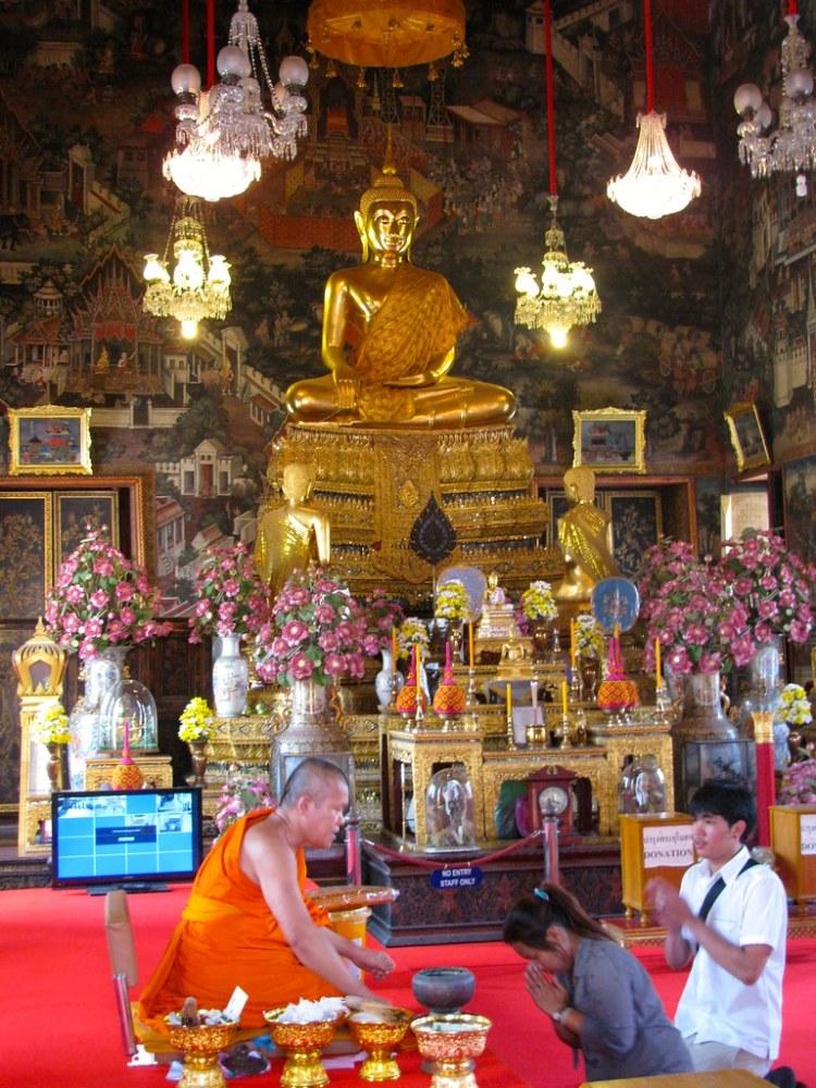 Monje realizando bendiciones en templo del Wat Arun