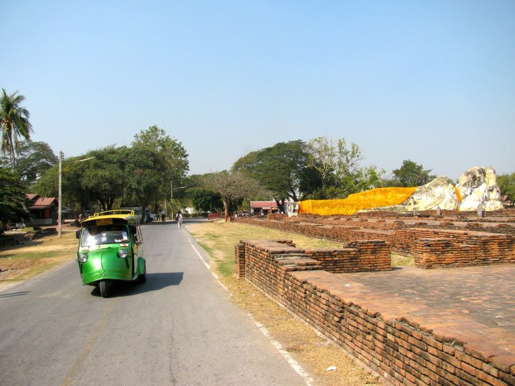 Tuk tuk en Wat Lokaya Sutha