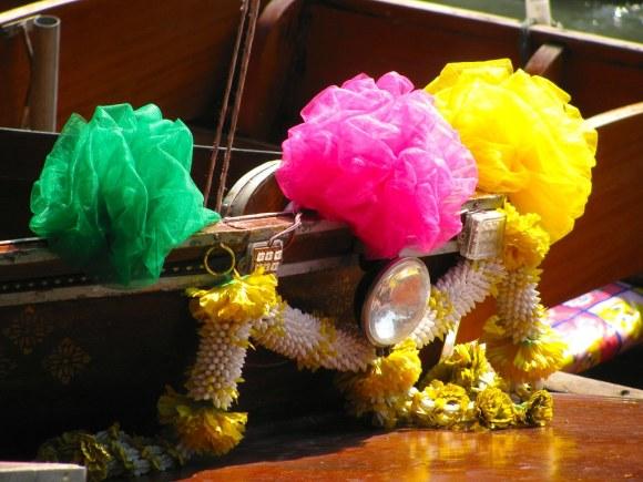 Objetos budistas en Mercado Flotante de Damnoen Saduak