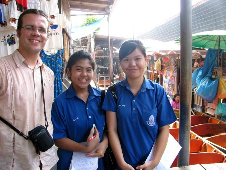 Estudiantes tailandesas que me realizaron entrevista en el Mercado Flotante de Damnoen Saduak