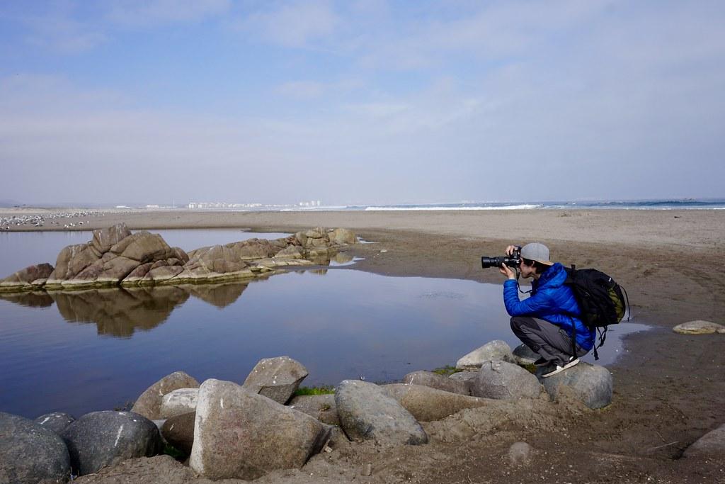 Iván Berrios fotografiando aves en Punta Teatinos, Región de Coquimbo