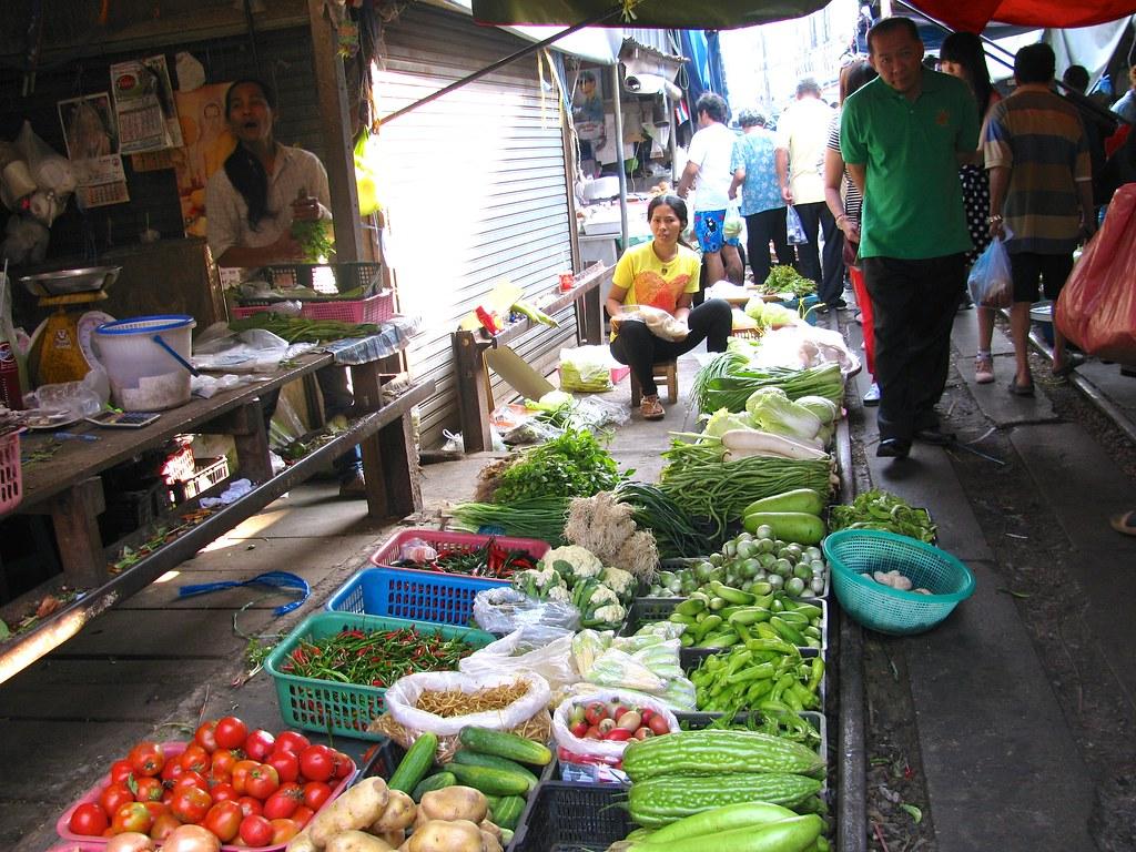 Mercado Samut Songkhram junto a la línea del tren