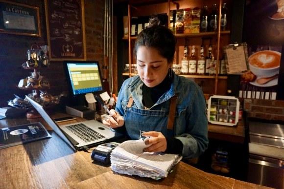 Camila es la encargada de sacar las cuentas del café