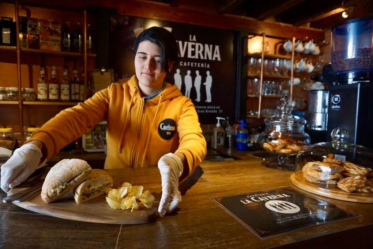 Mariana prepara la Chabata del Puerto, uno de los sandwiches de La Caverna