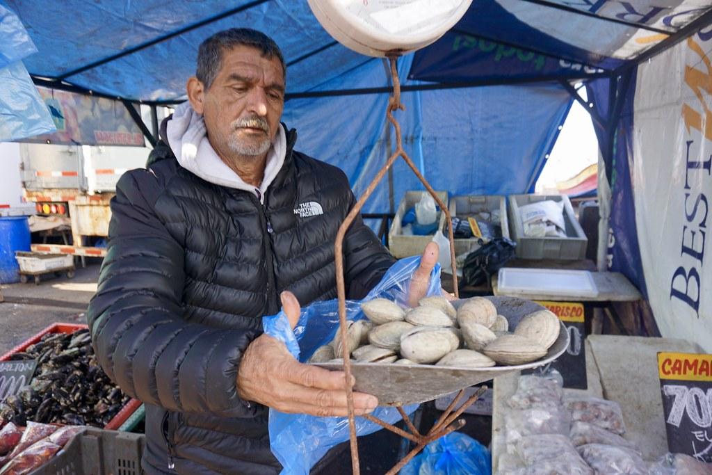 Pesando almejas en Caleta Portales