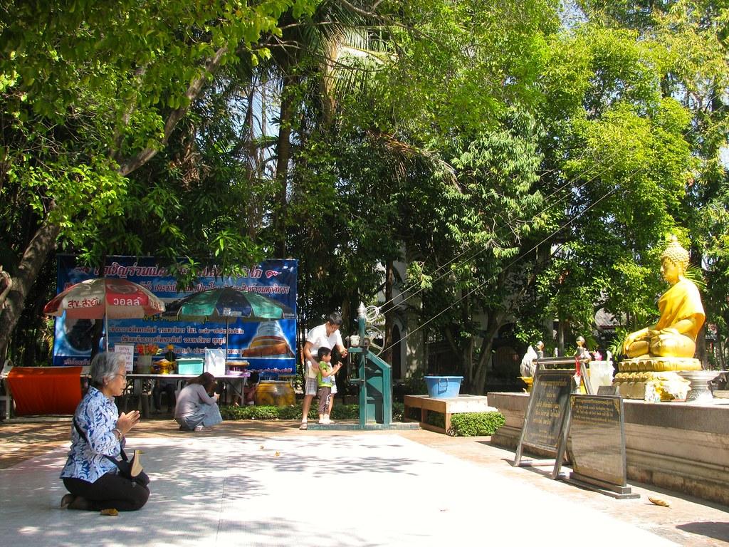 Mujer orando en Wat Phra Singh