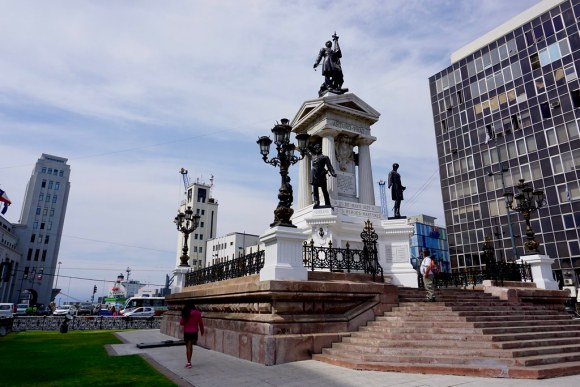 Monumento a los Héroes de Iquique, Plaza Sotomayor