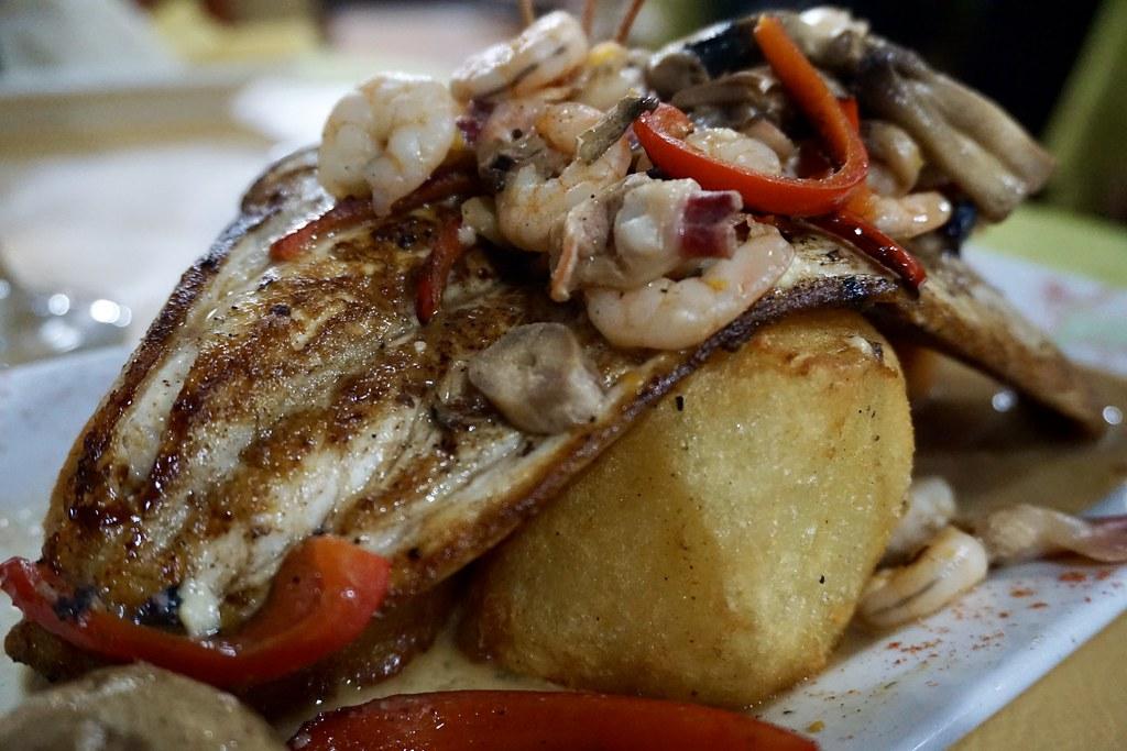 Pescado en salsa de mar y tierra en la Taberna de Oscar