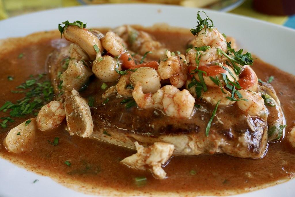 Palometa en Salsa La Bahía (Con locos, camarones y ostiones al pil pil)