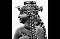 cleopatra-with-Uraeus