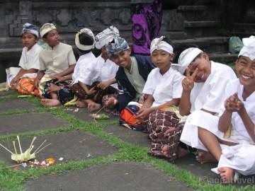 Svátek Saraswati ceremonie dětí na Besakih
