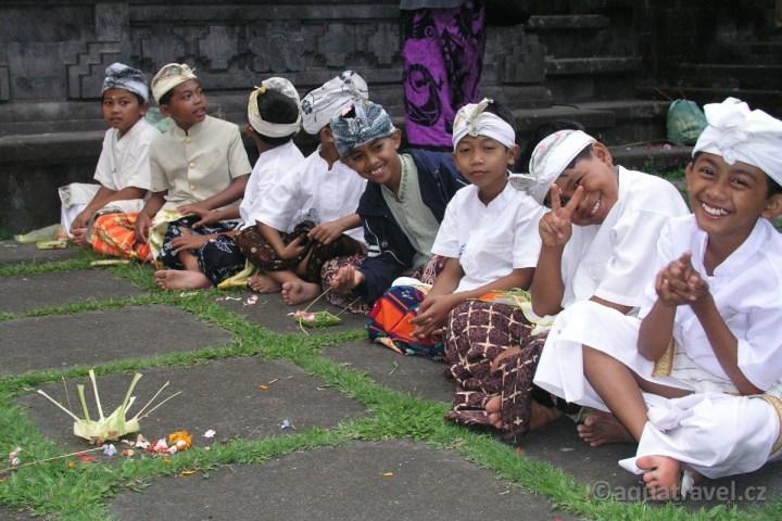 Svátek Saraswati ceremonie dìtí na Besakih