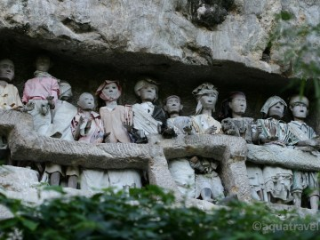 Tau tau - figurky zemřelých ve skalách kraje Toraja