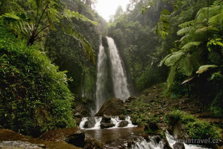 Vodopád na Jávě cestou od chrámu Sukuh do Sola