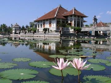 Ujung - královský vodní palác na východním pobřeží Bali