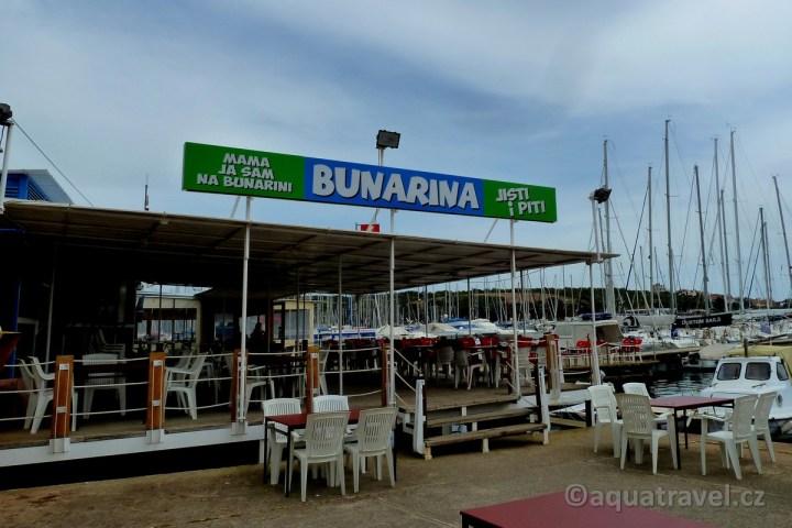 Restaurace Bunarina od které odjíždí loď Odisej