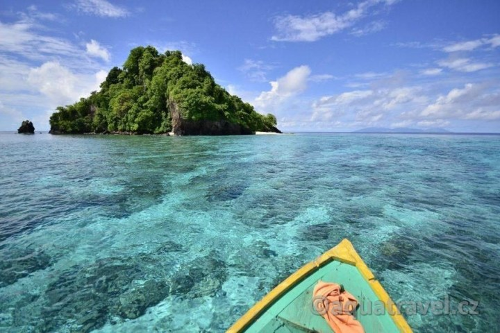 Lodí na ostrůvky u Siau
