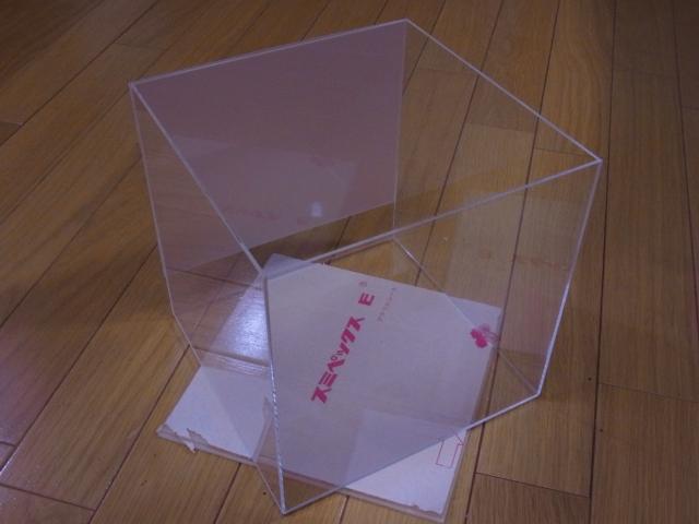 小型水槽に半透明ミスト風バックスクリーンを設置