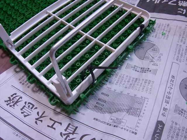 人工芝と土台の棚を結束バンドで固定