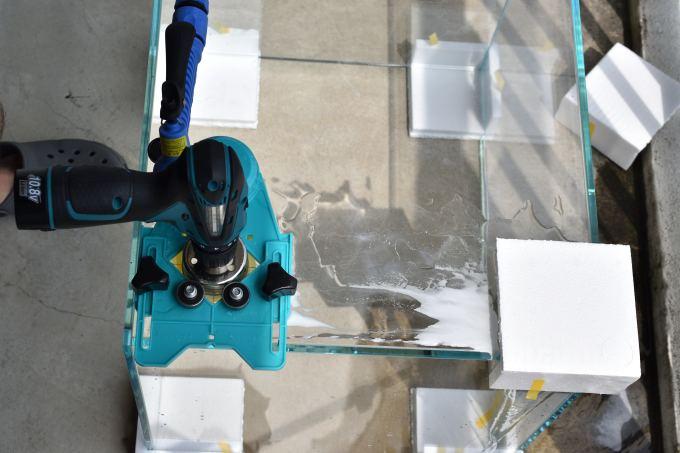 ガラス水槽にダイヤモンドコアドリルで穴をあける