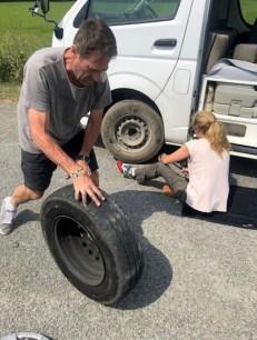Cambiando la rueda de la caravana después de un pinchazo en plena carretera