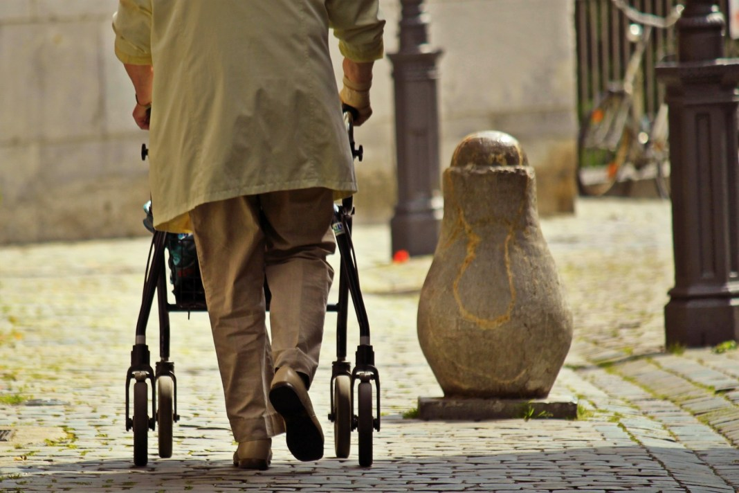 Mayor caminando calle