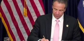 Andrew M. Cuomo en la firma de las reformas en las leyes policiales y judiciales de Nueva York