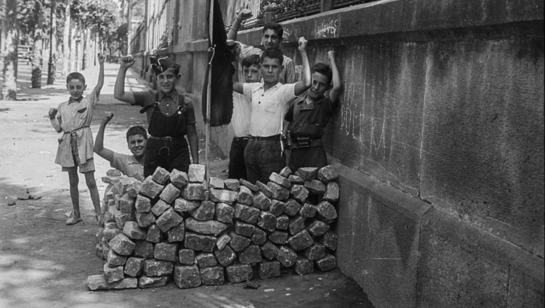Campañà niños jugando a la guerra en Barcelona