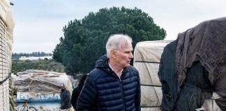 © Bassam Khawaja: El anterior relator especial de la ONU sobre pobreza extrema, Philip Alston, en un campamento de trabajadores migrantes en la ciudad española de Huelva, en Andalucía, España.