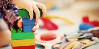 Niños juagndo playmobil