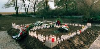 UN Photo/Eric Kanalstein: Velas y arreglos florales en una fosa común en Ovcara, Croacia, donde unos 200 civiles fueron asesinados en 1994.