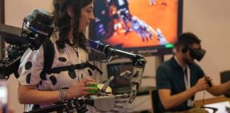 ITU Una mujer demuestra como funciona una aplicación de inteligencia artificial en robótica durante una conferencia en Ginebra.