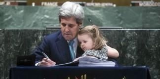 El entonces secretario de estado de Estados Unidos, John Kerry, junto a su nieta, firman el Acuerdo de París en 2016