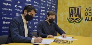 El director general de la AD Alcorcón, Ignacio Álvarez y el presidente del Club Ajedrez Diagonal Alcorcón, Alfredo Pérez Bruni, firman el acuerdo en la sede del club de fútbol.