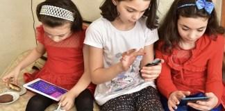 UNICEF: niñas con dispositivos digitales en Turquía © Olcer