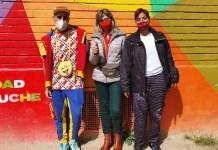 Okuda ante el mural de Aluche con vecinos de la Red de Apoyo Mutuo