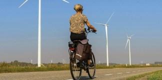 mujer en bicicleta en Heijningen Países Bajos