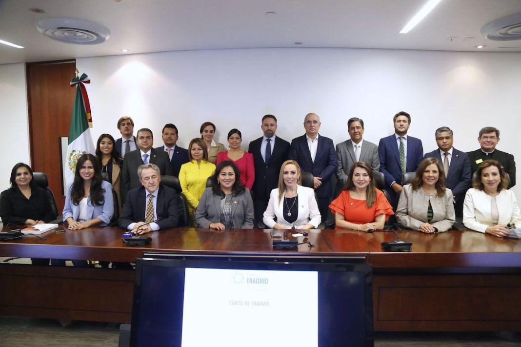 El líder de Vox, Santiago Abascal, en el centro de la imagen, posa para una fotografía en el Senado de México con políticos del PAN