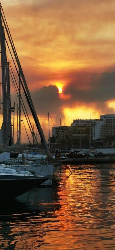 Eugenia Segovia y Paula Taillefer: incendio de Sierra Bermeja visto desde Marbella, zona de Elviria.