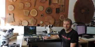 Fabien Langenegger en su laboratorio en Laténium